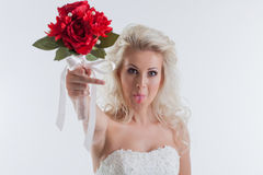 Portrait de la jeune jeune mariée drôle posant dans le studio Photos stock