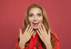 Portrait de la jeune jolie femme étonnée enthousiaste riant sur le fond rose lumineux coloré Belle fille modèle photos stock