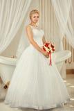 Portrait de la jeune mariée avec un bouquet Photographie stock libre de droits