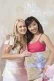 Portrait de la jeune mariée et de l'ami tenant le cadeau Image stock