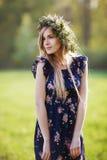 Portrait de la jolie détente de fille extérieure Photos stock