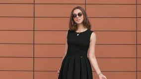 Portrait de la jolie fille d'achats souriant à l'appareil-photo Mouvement lent banque de vidéos