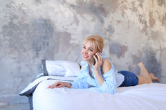 Portrait de la jolie fille, qui causant sur le téléphone portable et le sourire, Photographie stock libre de droits