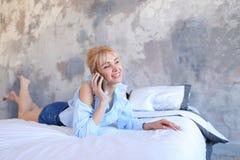 Portrait de la jolie fille, qui causant sur le téléphone portable et le sourire, Photos libres de droits