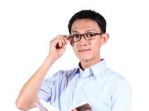 Portrait de la lecture de jeune homme d'isolement au-dessus du fond blanc photographie stock