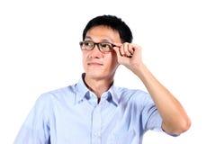 Portrait de la lecture de jeune homme d'isolement au-dessus du fond blanc Photos libres de droits