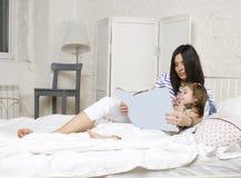 Portrait de la lecture de mère et de fille Photos stock