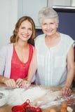 Portrait de la mère et de la fille préparant la nourriture image libre de droits
