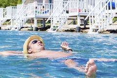 Portrait de la natation de jeune homme en mer photographie stock