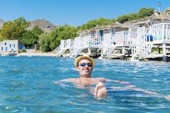 Portrait de la natation de jeune homme en mer images libres de droits