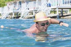 Portrait de la natation de jeune homme en mer image stock