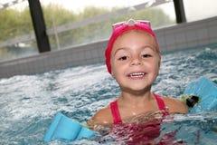 Portrait de la natation de petite fille avec des brassards Photos stock