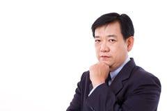 Portrait de la pensée d'homme d'affaires âgée par milieu photographie stock libre de droits