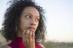 Portrait de la pensée de jeune femme image libre de droits