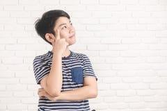 Portrait de la pensée et du sourire mignons asiatiques de garçon Photos libres de droits