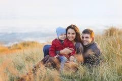 Portrait de la petite fille avec un chapeau et un père et une mite drôles Photographie stock libre de droits