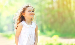 Portrait de la petite fille bouclée avec du charme appréciant l'été Photo stock