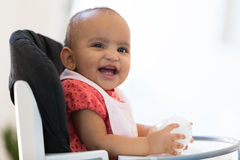 Portrait de la petite fille de petit Afro-américain tenant son lait Photographie stock
