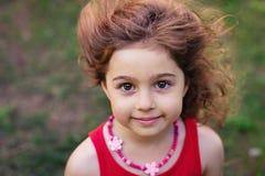 Portrait de la petite fille mignonne souriant dehors Photo stock