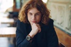 Portrait de la pose rougeâtre à la mode de jeune homme photo libre de droits
