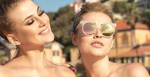 Portrait de la pose de sourire de deux filles extérieure Photos stock
