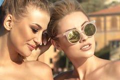 Portrait de la pose de sourire de deux filles extérieure Image libre de droits
