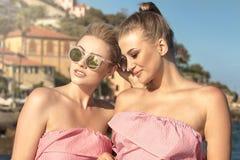 Portrait de la pose de sourire de deux filles extérieure Photographie stock libre de droits