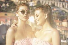 Portrait de la pose de sourire de deux filles extérieure Photo stock