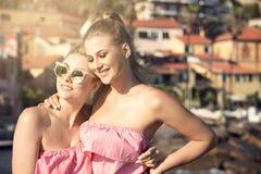 Portrait de la pose de sourire de deux filles extérieure Images stock