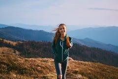 Portrait de la position heureuse de randonneur de femme sur le bord de l'arête de montagne voyage et concept actif de mode de vie image stock
