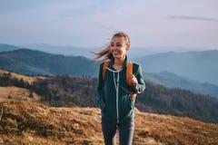 Portrait de la position heureuse de randonneur de femme sur le bord de l'ar?te de montagne voyage et concept actif de mode de vie photo libre de droits