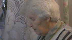 Portrait de la vieille femme parlante banque de vidéos
