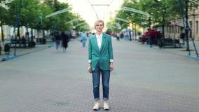 Portrait de laps de temps d'extérieur debout blond attrayant dans seule la rue banque de vidéos