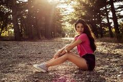 Portrait de lumière du soleil de jeune belle et élégante fille élégante photo stock