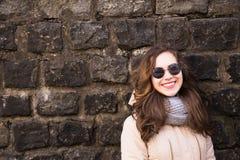 Portrait de lunettes de soleil, écharpe et veste de port modèles au-dessus d'a Images libres de droits