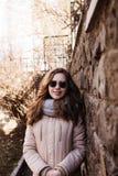 Portrait de lunettes de soleil, écharpe et veste de port modèles au-dessus d'a Photo libre de droits