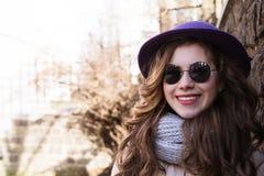 Portrait de lunettes de soleil, écharpe et veste de port modèles au-dessus d'a Photographie stock libre de droits