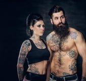 Portrait de mâle et de femelle barbus sans chemise et tatoués de brune avec l'encre de tatouage sur son torse Photographie stock