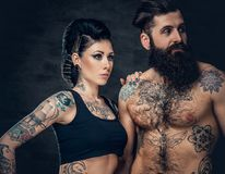 Portrait de mâle et de femelle barbus sans chemise et tatoués de brune avec l'encre de tatouage sur son torse Image stock