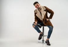 Portrait de mâle modèle élégant beau dans le manteau et des lunettes de soleil photo stock