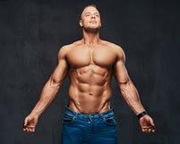 Portrait de mâle musculaire sans chemise dans jeans photo stock