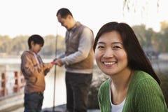 Portrait de mère avec la pêche de famille à un lac Photographie stock