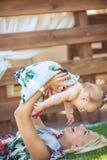 Portrait de mère avec le bébé en parc de vert d'été. Dehors. photos libres de droits