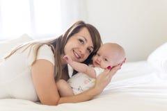 Portrait de mère avec son bébé de bébé de 3 mois dans la chambre à coucher photos stock
