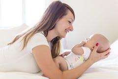 Portrait de mère avec son bébé de bébé de 3 mois dans la chambre à coucher photographie stock libre de droits