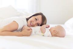 Portrait de mère avec son bébé de bébé de 3 mois dans la chambre à coucher image libre de droits