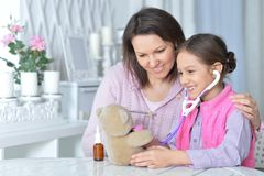 Portrait de mère avec son petit jeu de fille photographie stock libre de droits