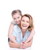 Portrait de mère de sourire et de jeune fille Photographie stock