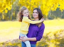 Portrait de mère et d'enfant heureux ensemble en automne Images stock