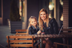 Portrait de mère et de fille avec une boisson Photos stock